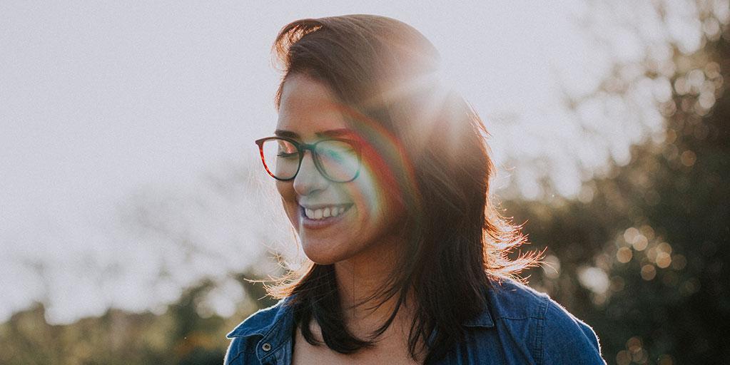Mulher a sorrir no campo