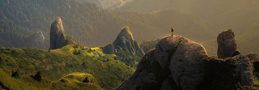 Pessoa no meio das montanhas