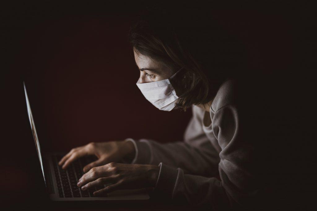 Mulher_a_trabalhar_com_uma _máscara