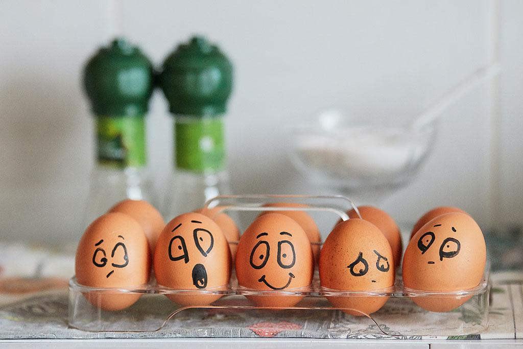 Diferentes emoções representadas em ovos