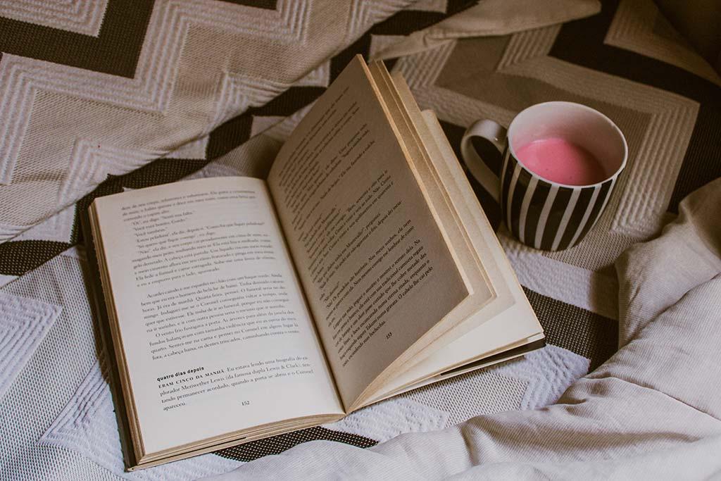 Livro aberto sobre a cama
