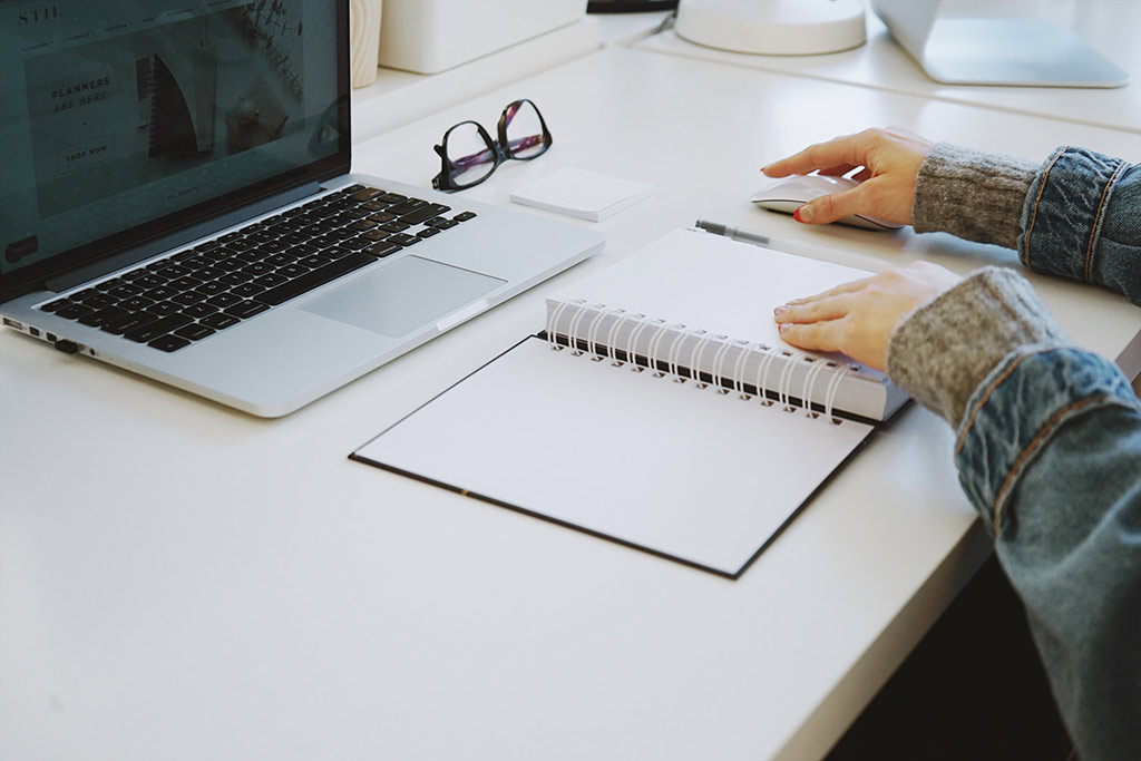 Secretária com computador organizada
