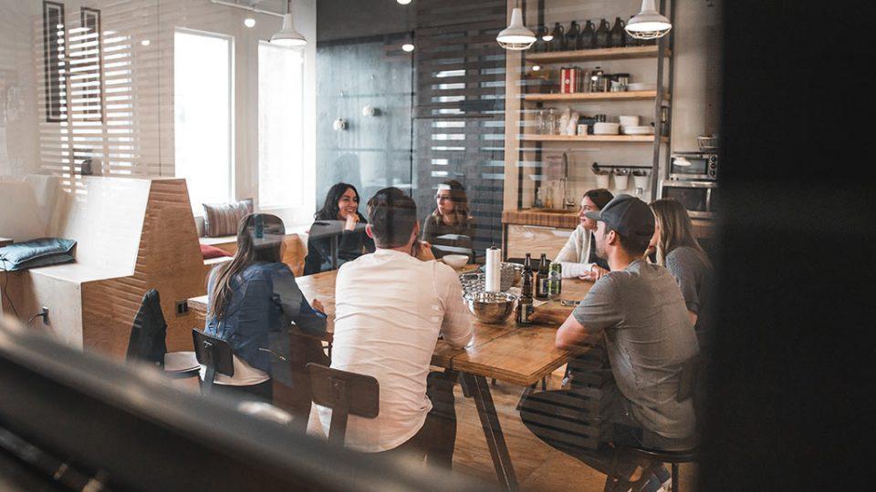 Equipa reunida num gabinete