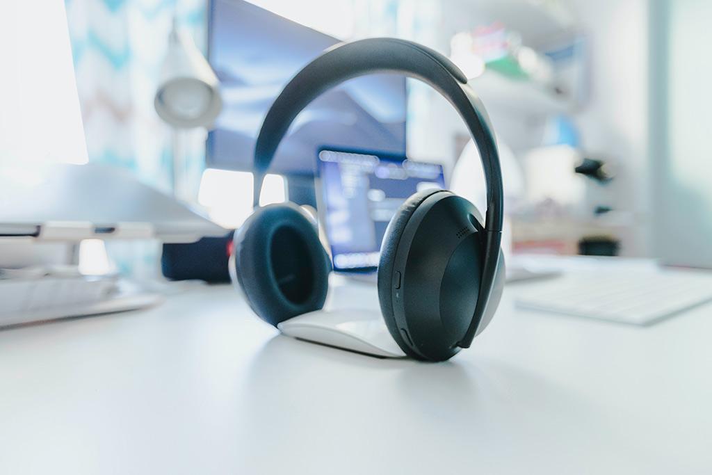 Headphones numa mesa de trabalho