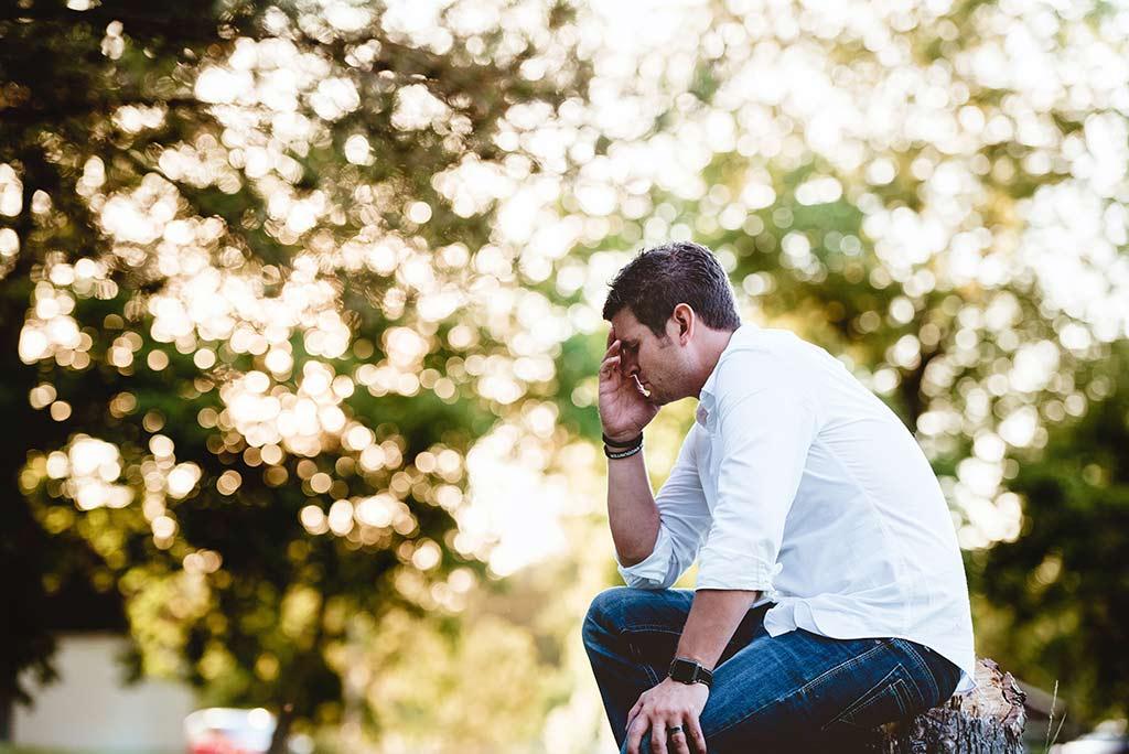Homem com vergonha num parque