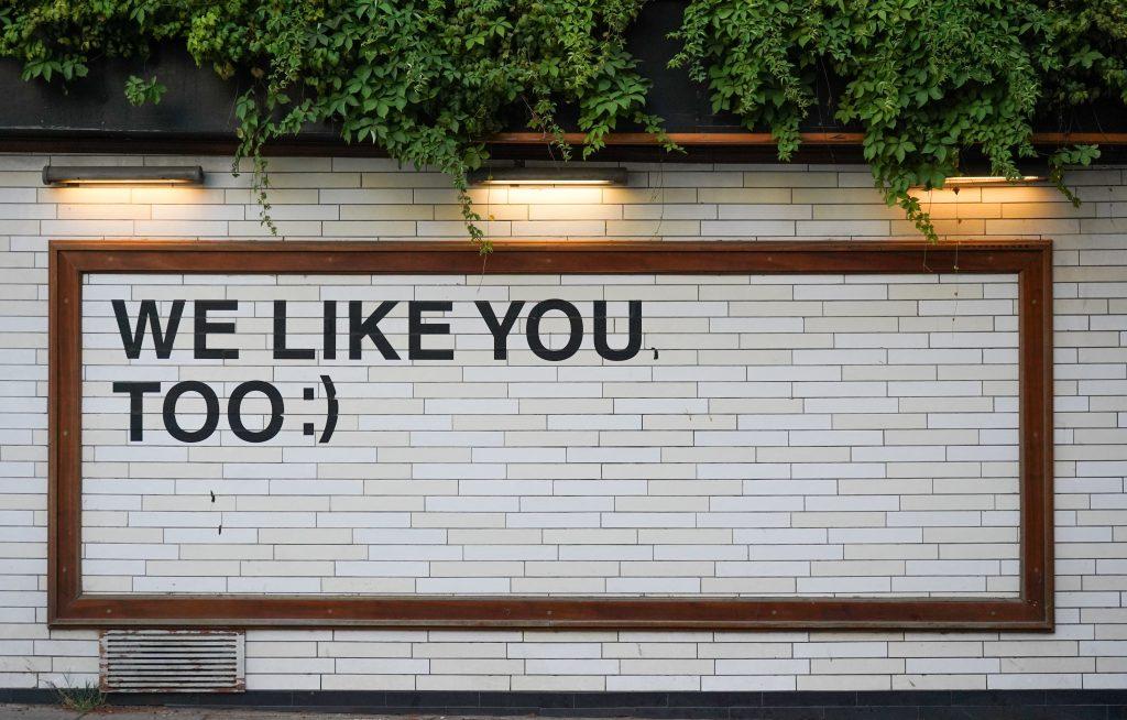 """Frase """"We like you, too"""" numa parede"""
